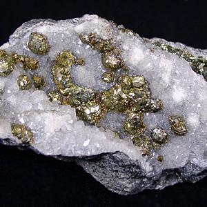 Pyrit auf Calcit